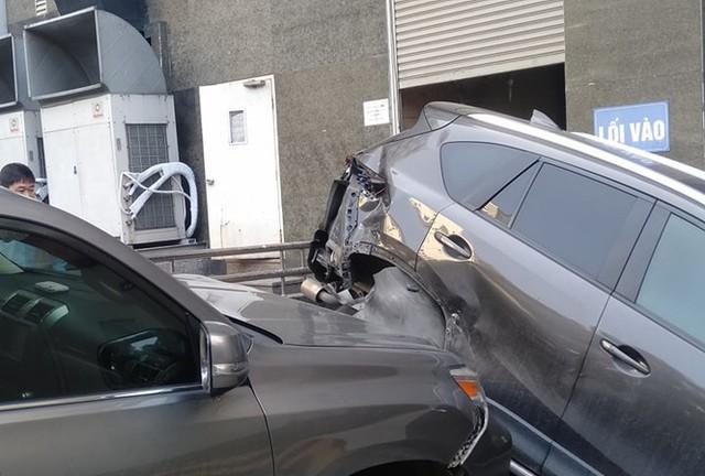 Xe sang Lexus mất lái đâm hàng loạt ô tô ở Hà Nội - Ảnh 1.