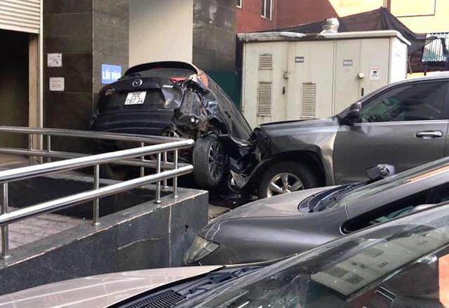 Xe sang Lexus mất lái đâm hàng loạt ô tô ở Hà Nội - Ảnh 2.
