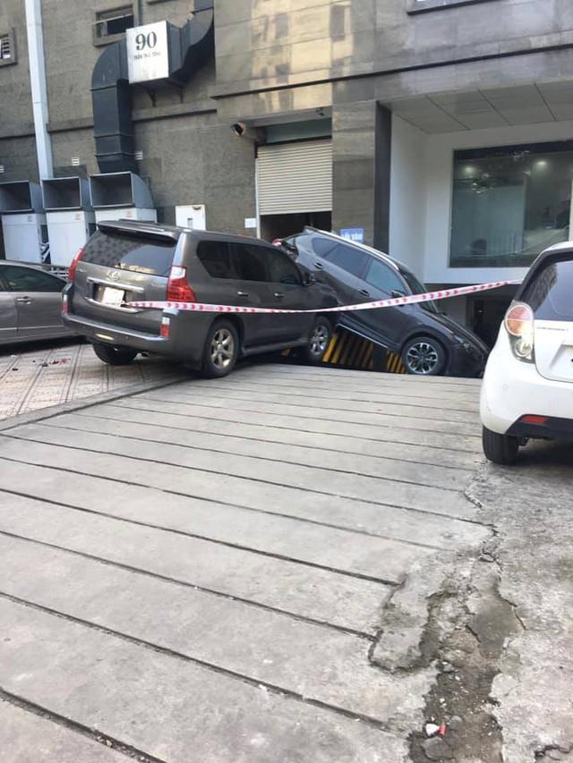 Xe sang Lexus mất lái đâm hàng loạt ô tô ở Hà Nội - Ảnh 3.