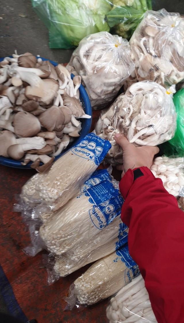 Nấm tươi bày bán la liệt ở chợ dân sinh dễ có độc tố - Ảnh 3.