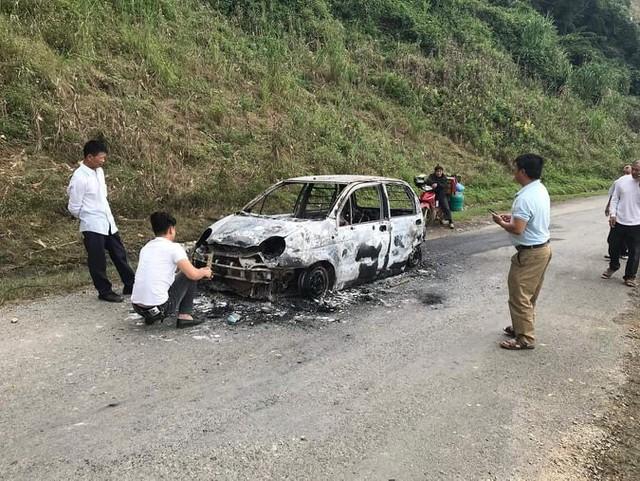 Ô tô con cháy trơ khung khi đang leo dốc - Ảnh 1.