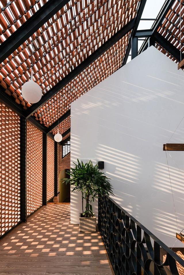 Lạ lẫm nhưng vô cùng bắt mắt với ngôi nhà ngói 3 gian xếp dọc theo mảnh đất hình ống rộng gần 300m² ở Trà Vinh - Ảnh 12.