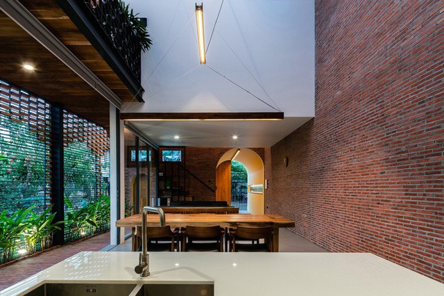 Lạ lẫm nhưng vô cùng bắt mắt với ngôi nhà ngói 3 gian xếp dọc theo mảnh đất hình ống rộng gần 300m² ở Trà Vinh - Ảnh 5.