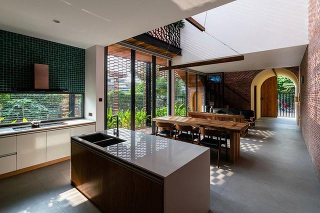 Lạ lẫm nhưng vô cùng bắt mắt với ngôi nhà ngói 3 gian xếp dọc theo mảnh đất hình ống rộng gần 300m² ở Trà Vinh - Ảnh 8.