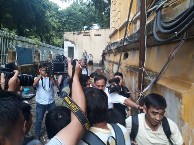 Ông Nguyễn Hữu Linh đi đường hầm đến phiên xử phúc thẩm dâm ô bé gái trong thang máy - Ảnh 3.