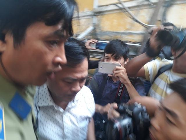 Ông Nguyễn Hữu Linh đi đường hầm đến phiên xử phúc thẩm dâm ô bé gái trong thang máy - Ảnh 1.