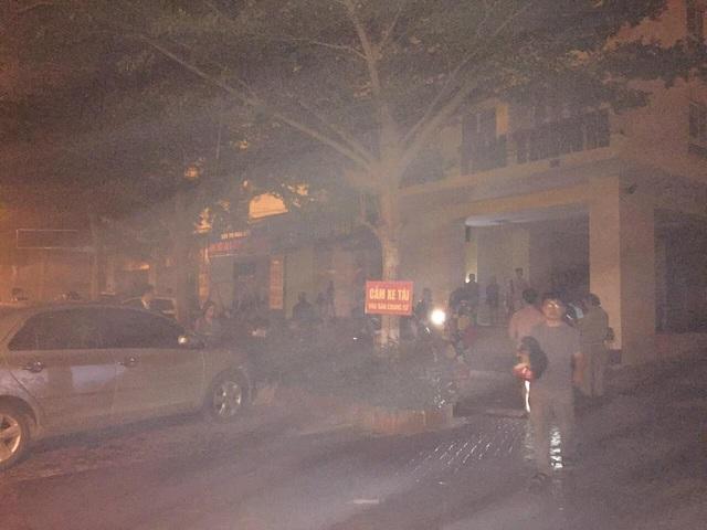 Cứu người dân thoát khỏi chung cư nghi ngút khói, một cảnh sát bị thương - Ảnh 3.