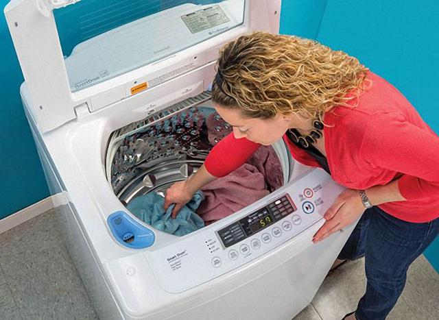 Cứ nghĩ cho nhiều bột giặt vào máy giặt quần áo mới sạch, nhưng sai lầm này dẫn đến hậu quả nghiêm trọng mà bạn không ngờ - Ảnh 2.