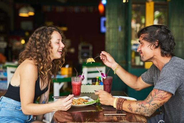 Loạt quy tắc ăn uống tránh làm phật ý người nước ngoài - Ảnh 1.