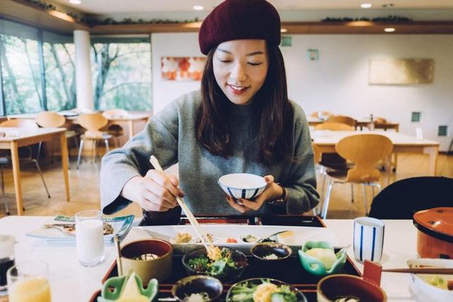 Loạt quy tắc ăn uống tránh làm phật ý người nước ngoài - Ảnh 2.