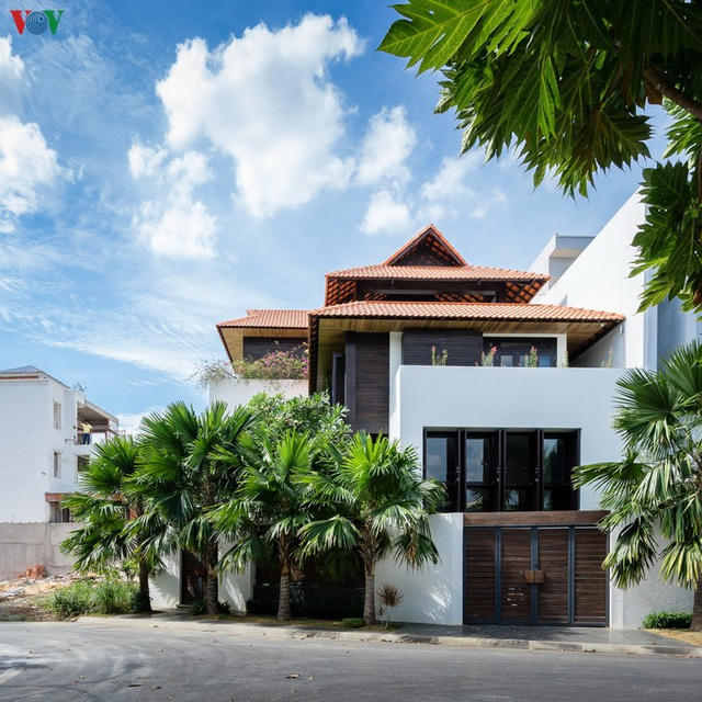 Ngôi nhà mang âm hưởng Huế giữa lòng Sài Gòn - Ảnh 1.