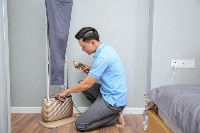 Tại sao bàn ủi hơi nước đứng Bluestone khiến các ông chồng siêng ủi đồ cho vợ? - Ảnh 1.