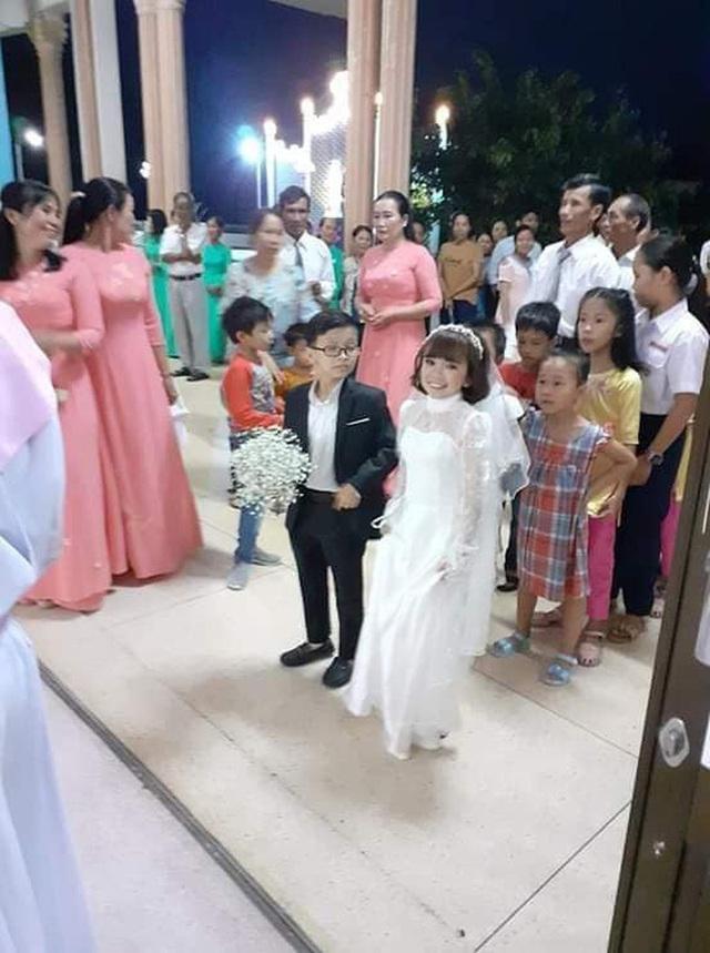 Đám cưới cặp đôi tí hon như học sinh lớp 1 gây bão trên MXH khiến nhiều người xúc động - Ảnh 4.
