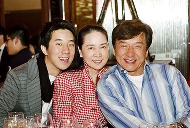 Thành Long Jackie Chan - ngôi sao gây tranh cãi, phim và đời khác xa nhau - Ảnh 6.