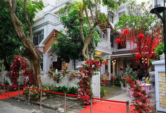 Biệt thự nhà Ông Cao Thắng đỏ rực và lộng lẫy theo phong cách người Hoa trong ngày ăn hỏi - Ảnh 1.