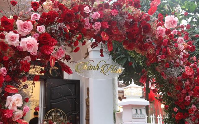 Biệt thự nhà Ông Cao Thắng đỏ rực và lộng lẫy theo phong cách người Hoa trong ngày ăn hỏi - Ảnh 2.