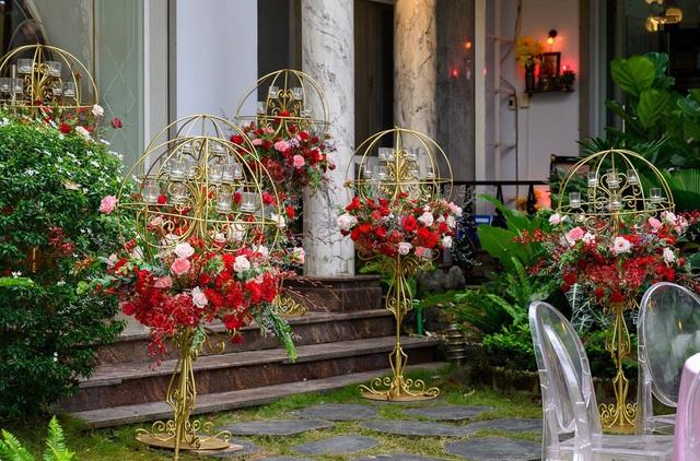 Biệt thự nhà Ông Cao Thắng đỏ rực và lộng lẫy theo phong cách người Hoa trong ngày ăn hỏi - Ảnh 3.