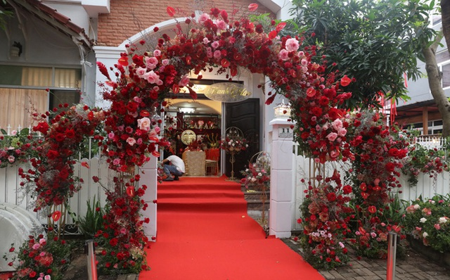 Biệt thự nhà Ông Cao Thắng đỏ rực và lộng lẫy theo phong cách người Hoa trong ngày ăn hỏi - Ảnh 4.