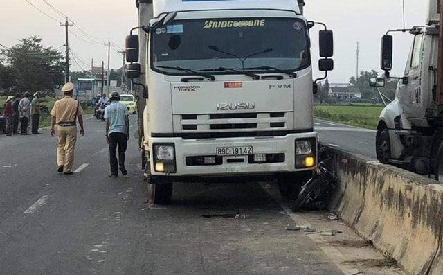 3 nữ sinh bị thương sau va chạm với xe tải - Ảnh 2.