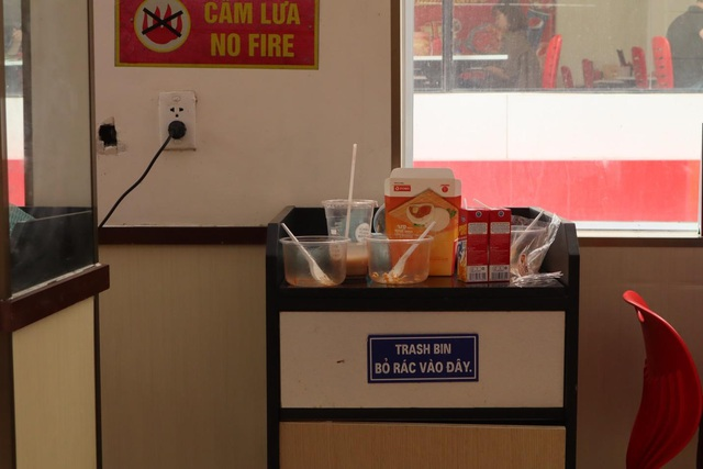 Giật mình với những đống rác bất thường trong các cửa hàng tiện lợi - Ảnh 2.