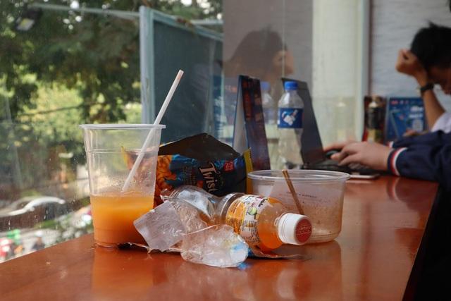 Giật mình với những đống rác bất thường trong các cửa hàng tiện lợi - Ảnh 4.