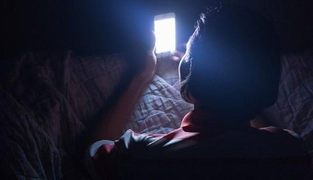 Đột quỵ mắt, mù mắt nếu liên tục dùng điện thoại trong bóng tối? - Ảnh 1.