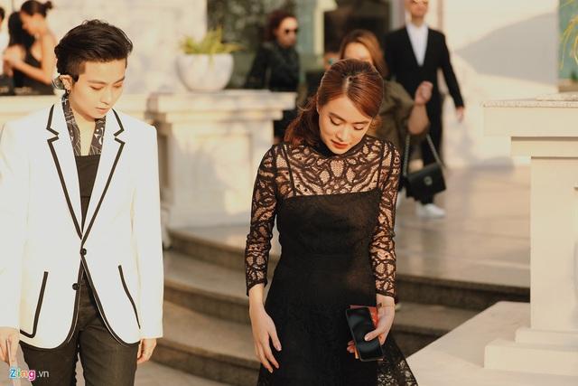 Hoàng Thùy Linh - Gil Lê mặc đồng điệu, sánh bước dự lễ cưới Đông Nhi - Ảnh 1.