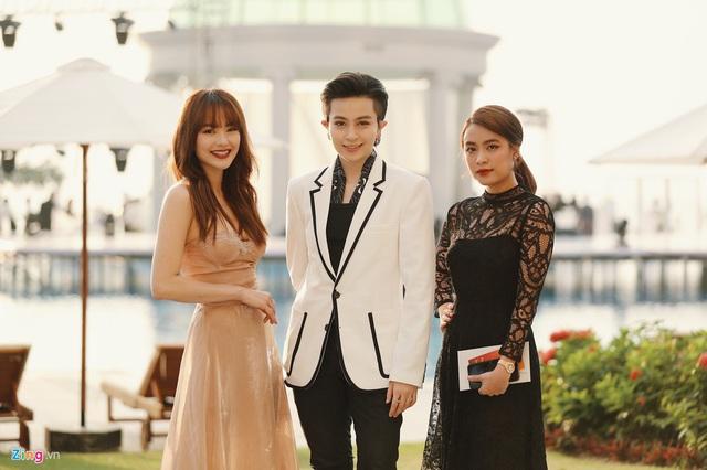 Hoàng Thùy Linh - Gil Lê mặc đồng điệu, sánh bước dự lễ cưới Đông Nhi - Ảnh 4.