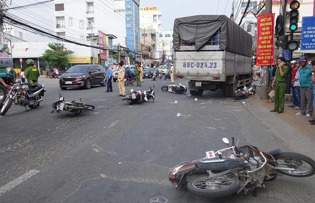 Xe tải tông 6 xe máy đang dừng đèn đỏ, 4 người cấp cứu - Ảnh 1.