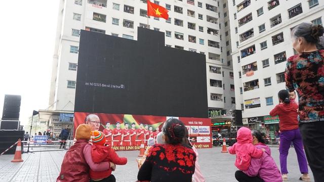Hà Nội: Cư dân HH Linh Đàm cúng xôi gấc, gà luộc cầu may cho U22 Việt Nam giành chức vô địch - Ảnh 6.