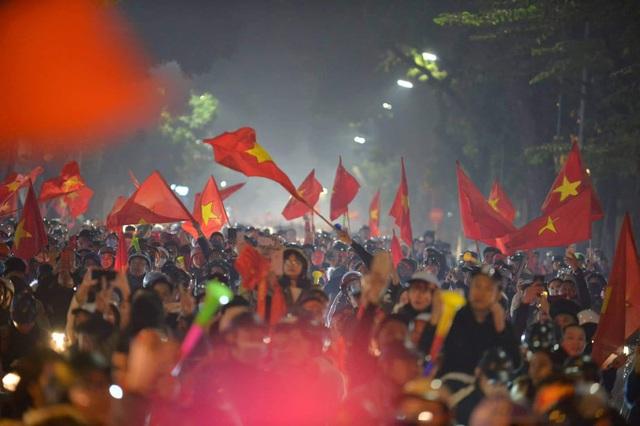 Hàng triệu người dân Việt xuống đường mừng chiến thắng 3-0 của U22 - Ảnh 3.