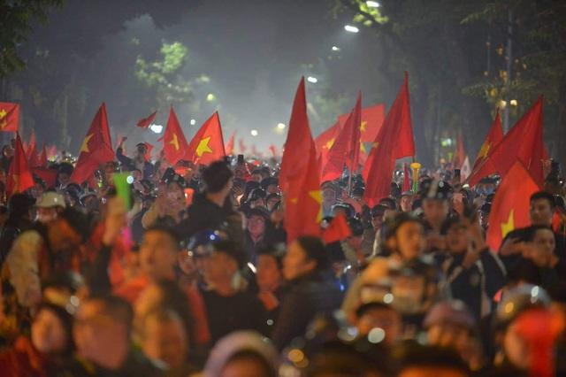 Hàng triệu người dân Việt xuống đường mừng chiến thắng 3-0 của U22 - Ảnh 4.