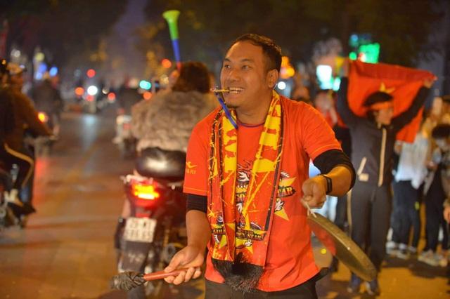 Hàng triệu người dân Việt xuống đường mừng chiến thắng 3-0 của U22 - Ảnh 5.