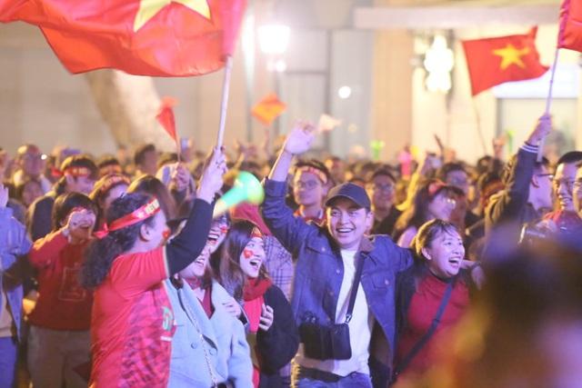 Hàng triệu người dân Việt xuống đường mừng chiến thắng 3-0 của U22 - Ảnh 28.