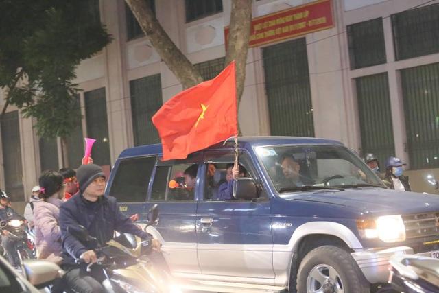 Hàng triệu người dân Việt xuống đường mừng chiến thắng 3-0 của U22 - Ảnh 8.