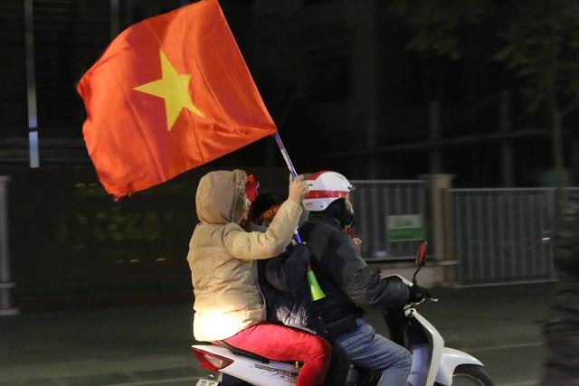 Hàng triệu người dân Việt xuống đường mừng chiến thắng 3-0 của U22 - Ảnh 9.
