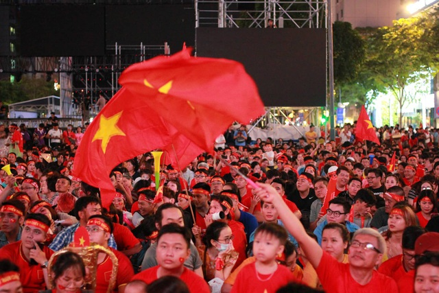 Hàng triệu người dân Việt xuống đường mừng chiến thắng 3-0 của U22 - Ảnh 43.