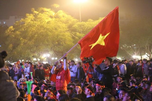 Hàng triệu người dân Việt xuống đường mừng chiến thắng 3-0 của U22 - Ảnh 33.