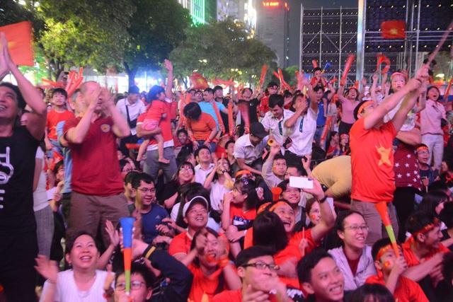 Hàng triệu người dân Việt xuống đường mừng chiến thắng 3-0 của U22 - Ảnh 27.