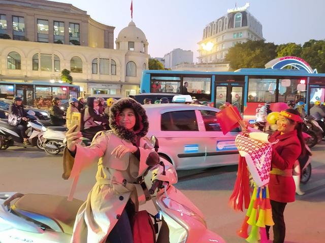 Hàng triệu người dân Việt xuống đường mừng chiến thắng 3-0 của U22 - Ảnh 58.