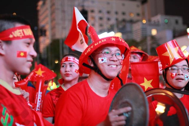 Hàng triệu người dân Việt xuống đường mừng chiến thắng 3-0 của U22 - Ảnh 44.