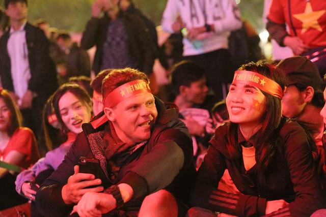 Hàng triệu người dân Việt xuống đường mừng chiến thắng 3-0 của U22 - Ảnh 48.