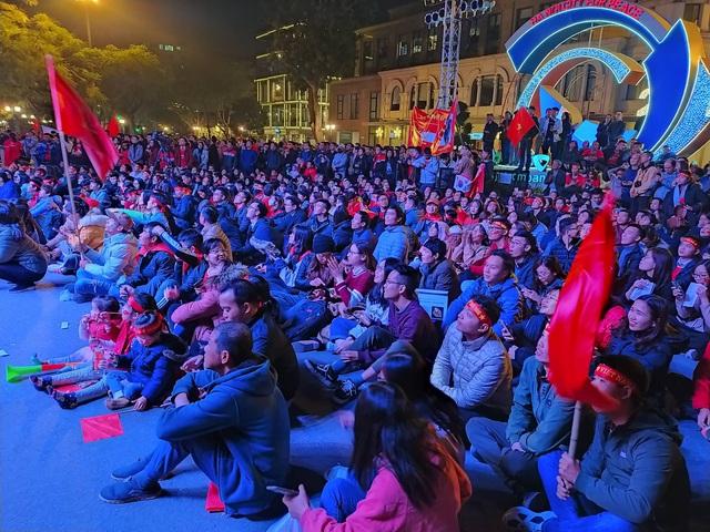 Hàng triệu người dân Việt xuống đường mừng chiến thắng 3-0 của U22 - Ảnh 47.