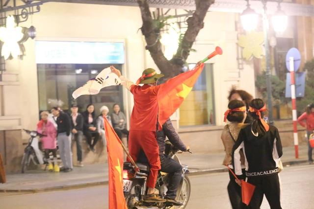 Hàng triệu người dân Việt xuống đường mừng chiến thắng 3-0 của U22 - Ảnh 17.
