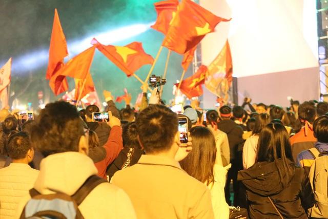 Hàng triệu người dân Việt xuống đường mừng chiến thắng 3-0 của U22 - Ảnh 18.
