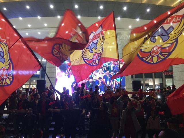 Hàng triệu người dân Việt xuống đường mừng chiến thắng 3-0 của U22 - Ảnh 22.