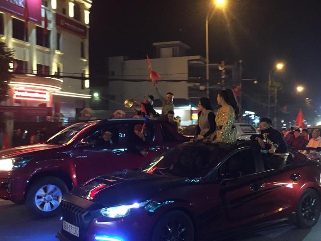 Hàng triệu người dân Việt xuống đường mừng chiến thắng 3-0 của U22 - Ảnh 15.