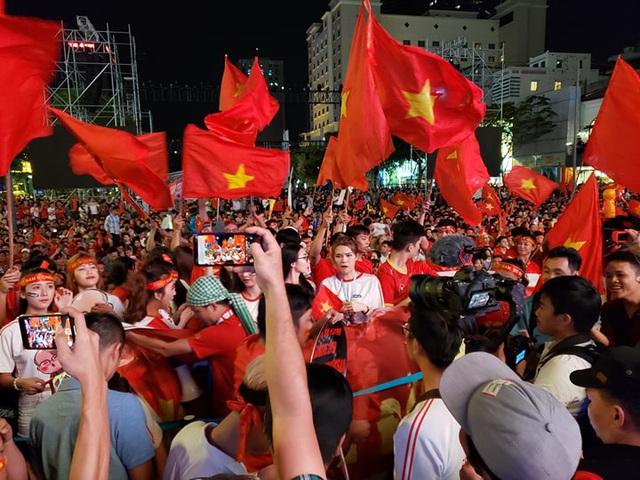 Hàng triệu người dân Việt xuống đường mừng chiến thắng 3-0 của U22 - Ảnh 34.