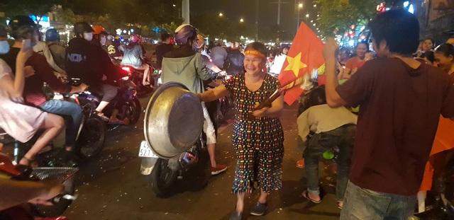 Hàng triệu người dân Việt xuống đường mừng chiến thắng 3-0 của U22 - Ảnh 11.