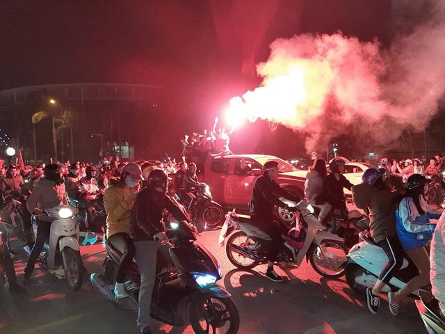 Hàng triệu người dân Việt xuống đường mừng chiến thắng 3-0 của U22 - Ảnh 14.
